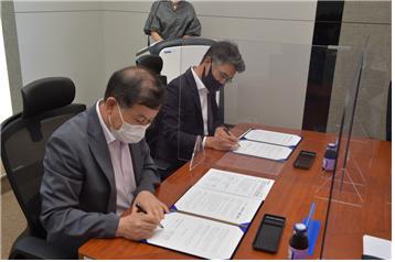 이종국 조선대학교 산학협련단장(왼쪽), 윤우근 엑센트리벤처스 이사회의장이 8일 창업 활성화 및 기업성장 지원을 위한 업무협약을 체결하고 있다.