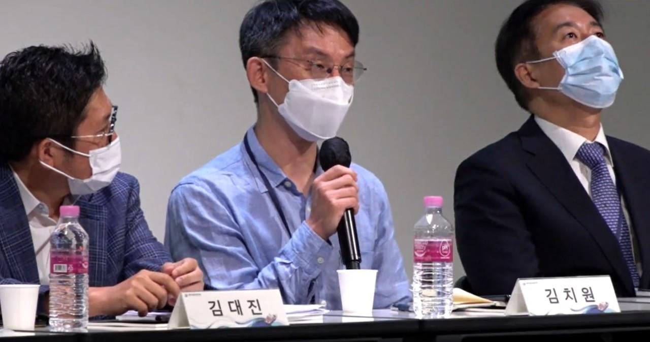 의료정보학회 춘계학술대회서 발언 중인 카카오벤처스 김치원 상무